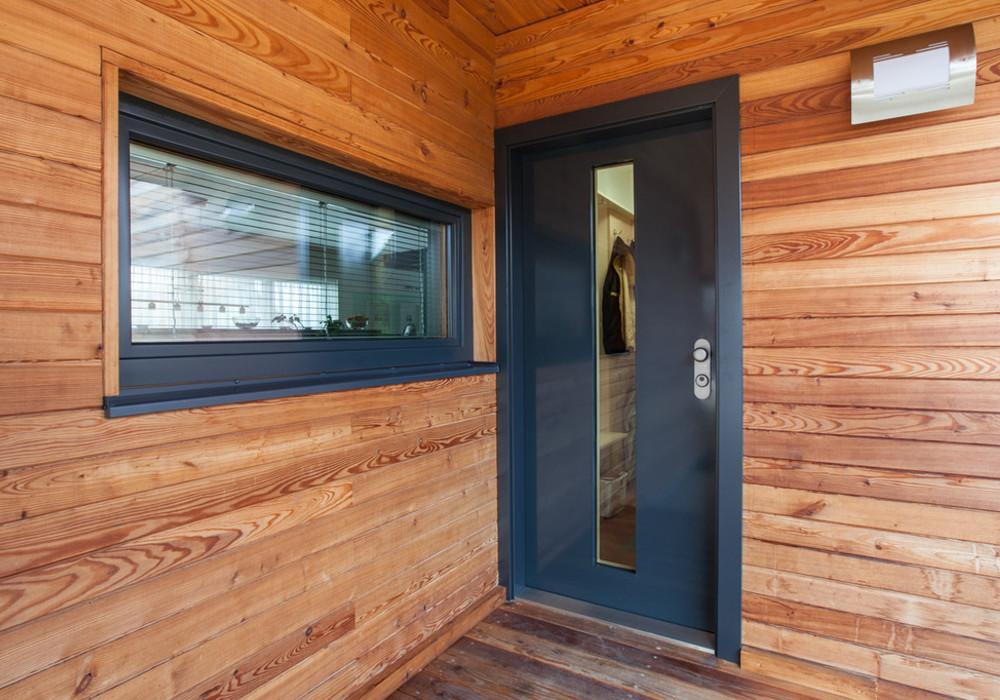 Bezpečnostní dveře NEXT SD102 s efektním prosklením, dřevěným obložením zárubní a nerez prahem. Zdroj: Next.cz